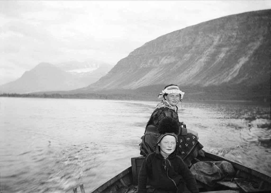 A girl and a boy in a boat, Vaisaluokta, Sirkas sameby, Sweden. Ei jente og en gutt i en båt i Vaisaluokta sameby, Lule Lappmark, Sirka, Sverige.