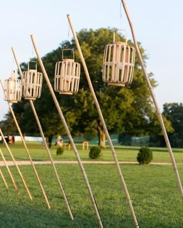 Japanse lantaarns op bamboe palen bij de ingang van de #ceremonie