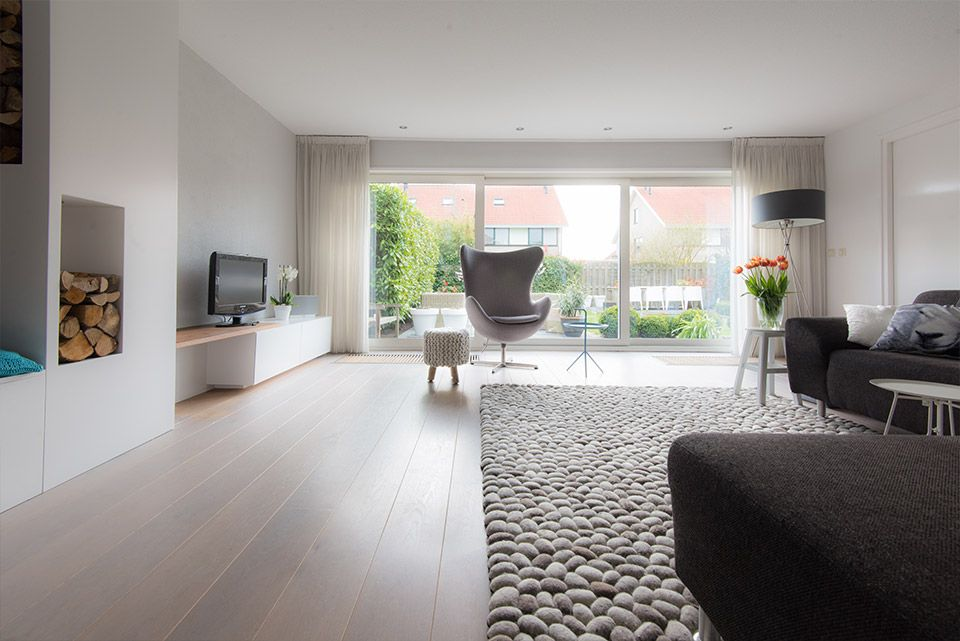 Woonkamer interieur grijs wit modern styling en advies for Interieur woonkamer modern