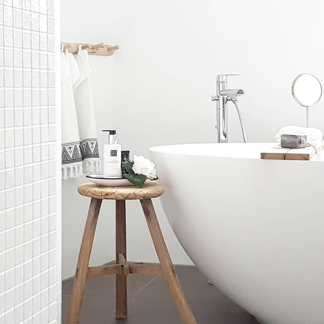 Der Hocker Dingklik Ist Ein Praktisches Und Zugleich Stilvolles Accessoire Fur Dein Badezimmer Das Dunkle Teakholz K Hocker Holz Hocker Weiss Dunkle Badezimmer