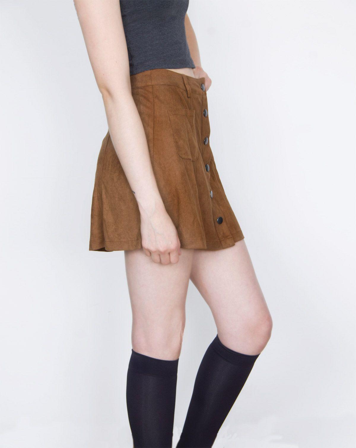 """MINI FALDA PIEL DE DURAZNO Si estás buscando esas prendas que van con la moda actual de los """"70"""", es un hecho que debes incluir esta comodísima falda de piel de durazno en tu closet."""