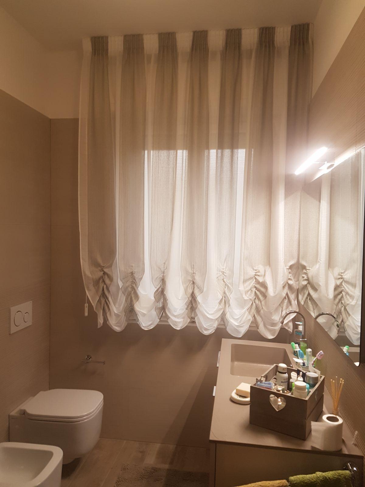 Tenda a finto pacchetto con tessuto a colori alternati per finestra del bagno tende da interni for Tenda bagno finestra