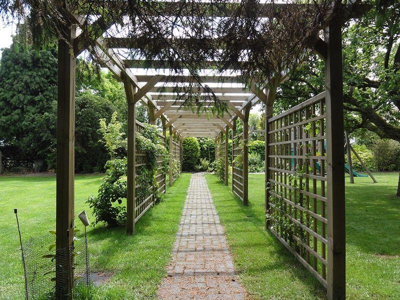 pergola et treillis comme support pour les plantes grimpantes les 2 c t s de l 39 all e de jardin. Black Bedroom Furniture Sets. Home Design Ideas