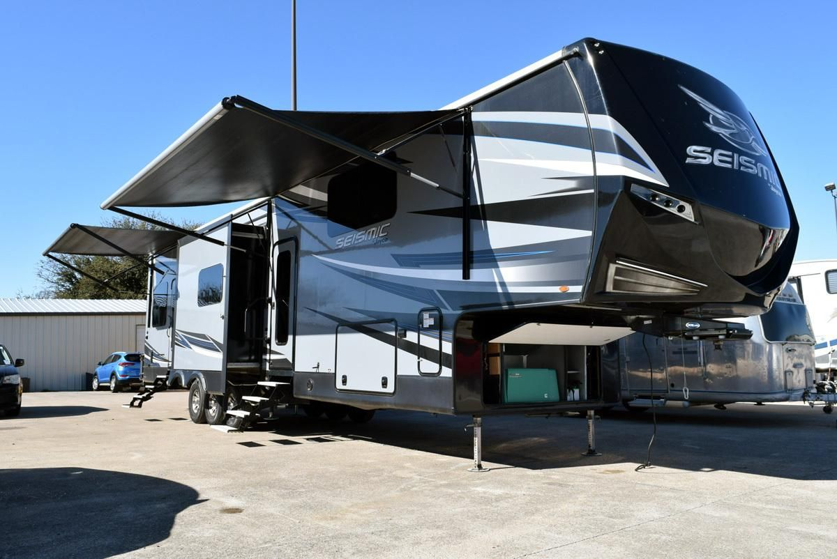 Check Out This 2018 Jayco Seismic 4250 Listing In Fort Worth Tx 76108 On Rvtrader Com It Is A Fifth Wheel Toy Hauler In 2020 With Images Fifth Wheel Toy Haulers Jayco Toy Hauler