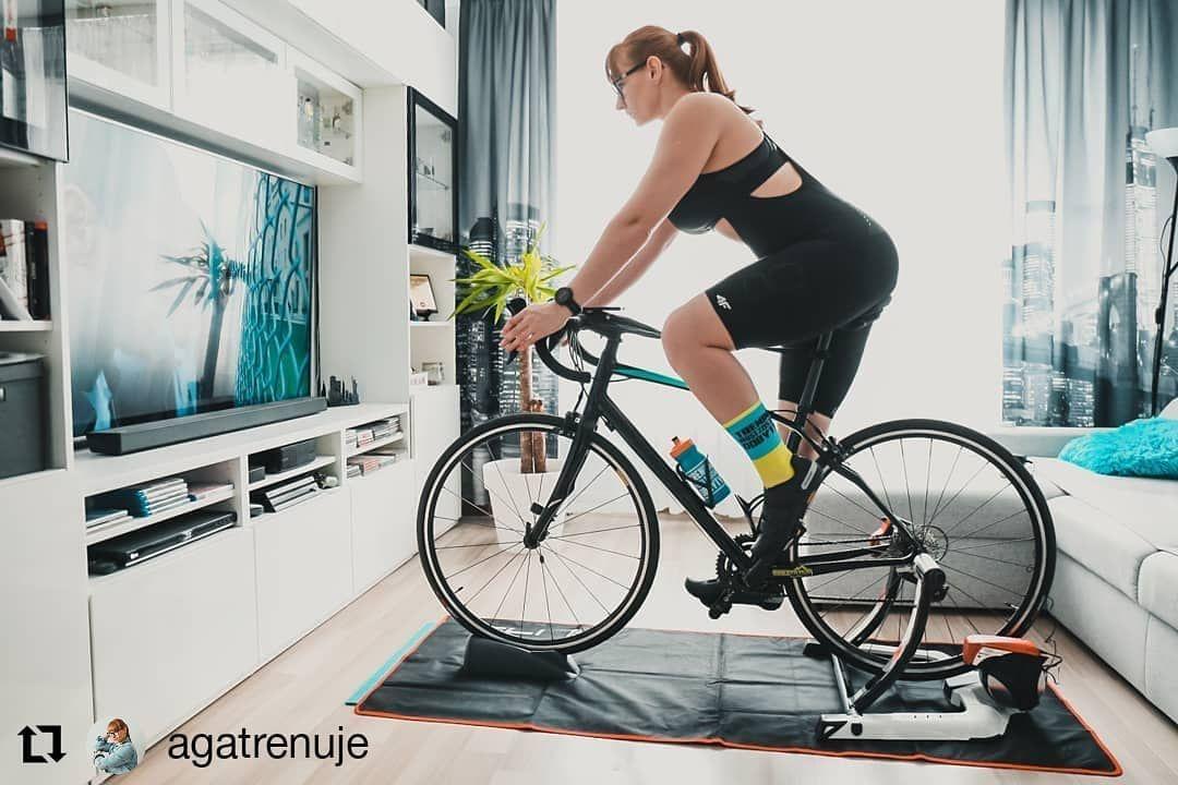 Trenazer To Teraz Zbawienie Agatrenuje Przeniosla Swoj Trening Do Domu A Skarpetki Z Najnowszej Kolekcji Motywuja Do Treni Bike Gym Stationary Bike