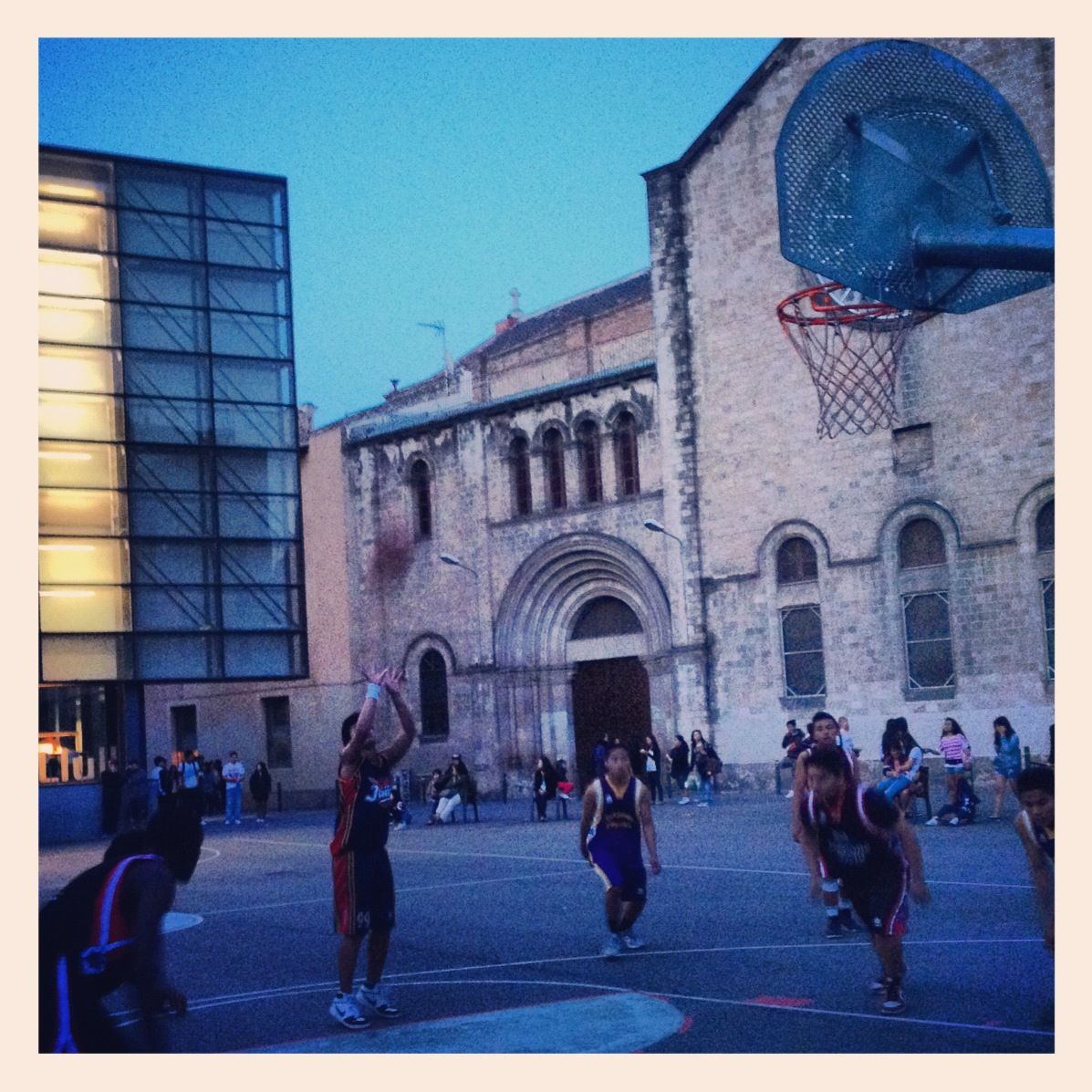 Baloncesto en el Raval What is the sound of this picture? #baloncesto #basket #raval #barcelona #street #happy #instagood
