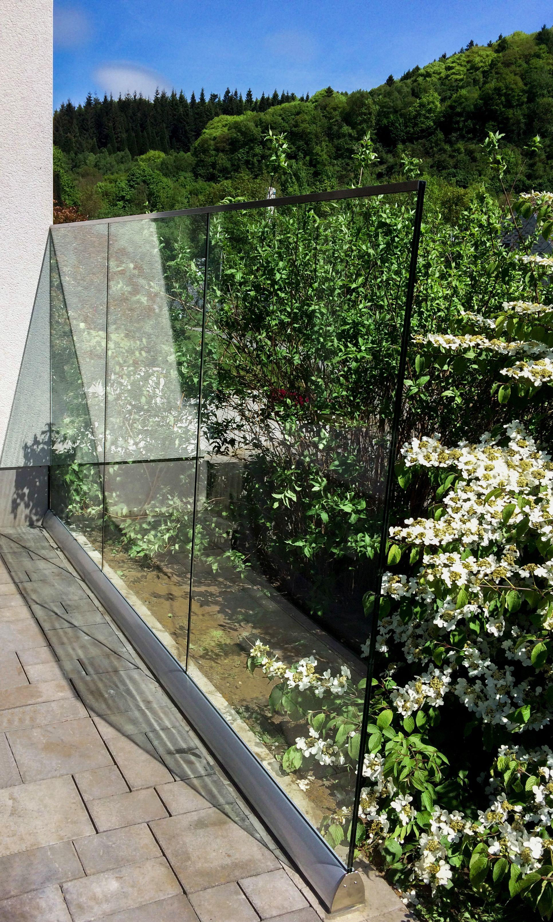 Glaszaun Perviento Wird Durch Aluminiumprofil Am Boden Befestigt