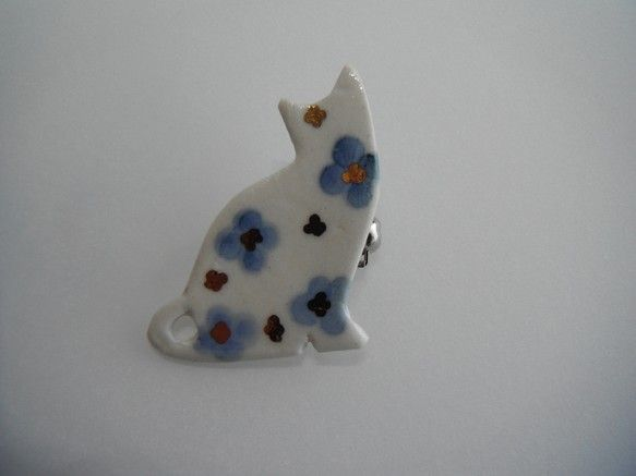 子ネコの小さめ陶ブローチです。シルエットが可愛いなかに、藍色と金彩の花をデザインしています。サイズ:縦約3.5cm×横約2.8cm(最大サイズ) ...|ハンドメイド、手作り、手仕事品の通販・販売・購入ならCreema。