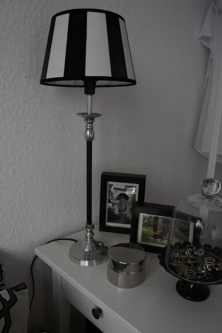 Die Lampe aus dem Wohnzimmer hat nun ihren neuen Platz im Schlafzimmer gefunden. Ich hab sie ein bischen aufgemöbelt und den Lampenständer mit schwarzer Folie beklebt.
