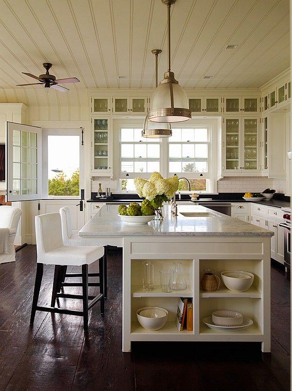 keittiö. katon rajan kaapistot, väritys, lamput, saareke ja sen hyllyjen asettelu. Nurkka? voisiko yläkaapit jatkua jääkaapin ja ikkunan ohi?