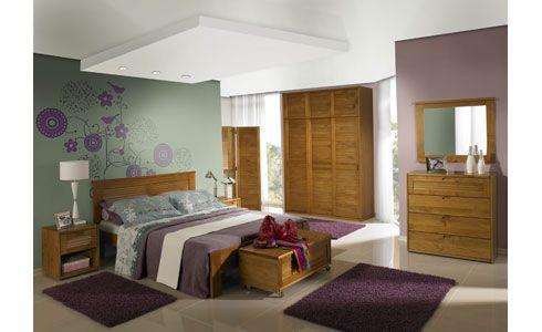 Madeira clara, baú, verde e roxo ns decor do quarto.