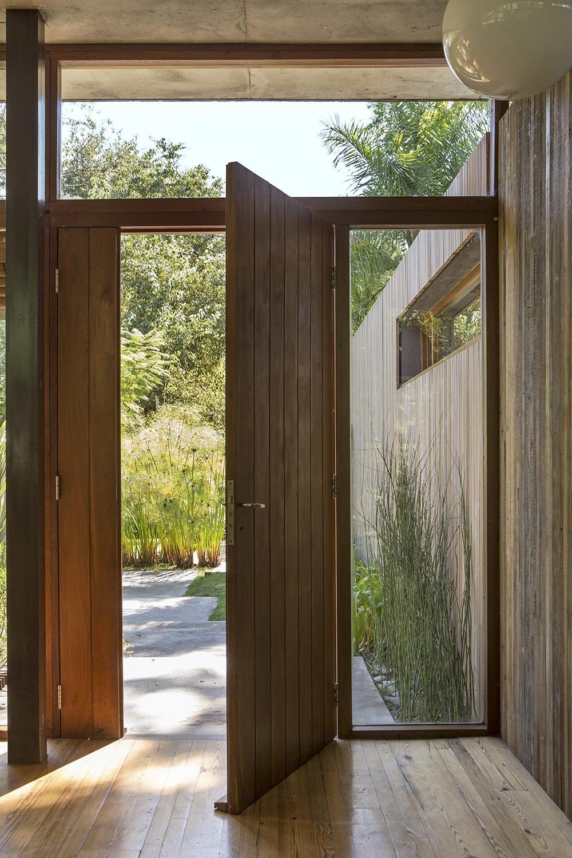 Buenos aires une maison de r ve qui dialogue avec la nature mid century maison ma maison - Porte d entree qui ferme mal ...