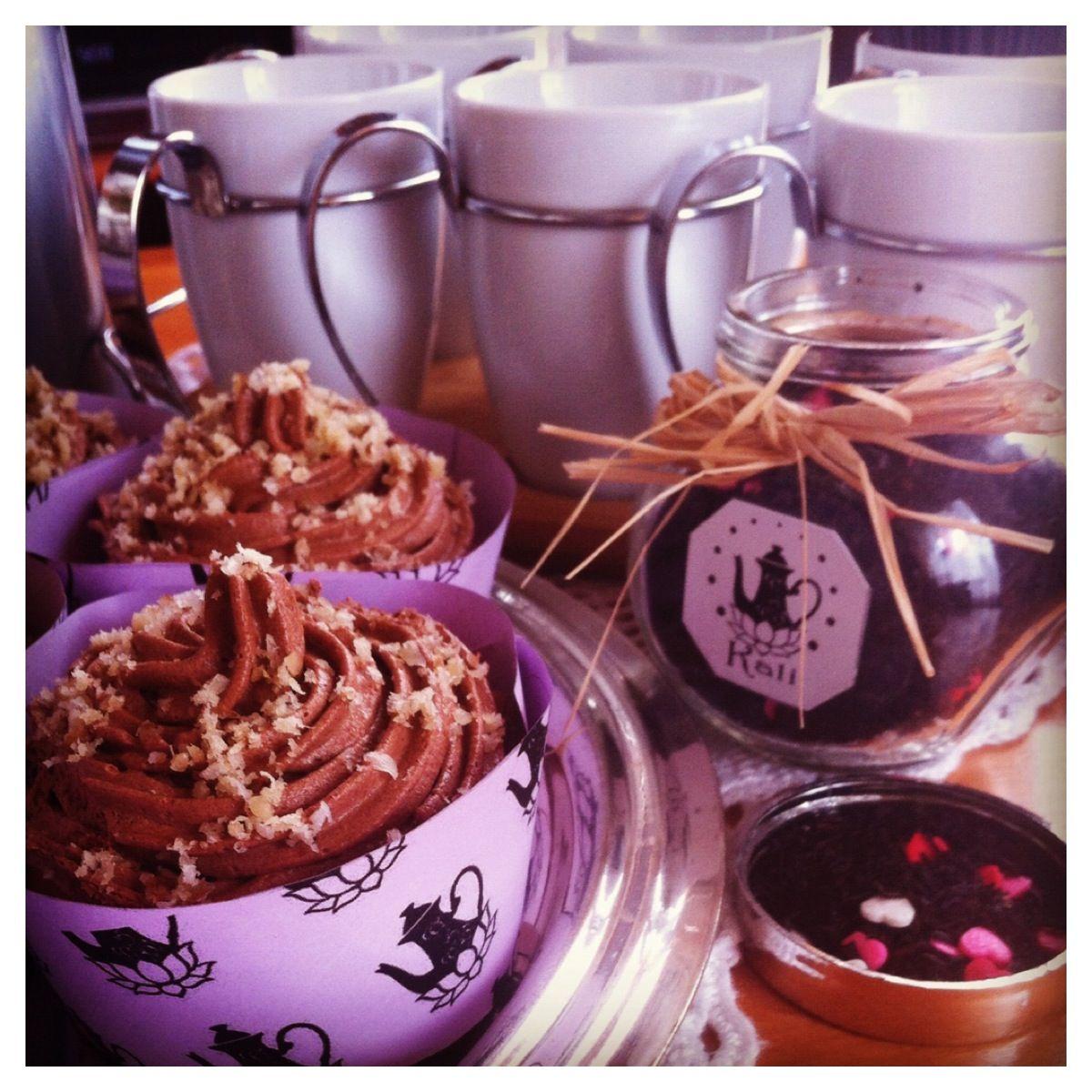 Té Kali en clases de Biodanza sirviendo un exquisito Té Enamora con aroma a cacao y vainilla, acompañado con deliciosos cupcakes Kali de chocolate y nuez, especial para darle calor a esta fría tarde.