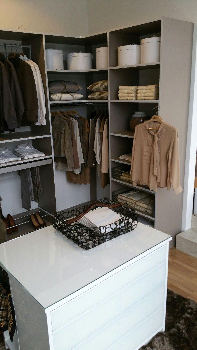 Ein begehbarer Kleiderschrank in grau mit zusätzlicher Kommode für ...