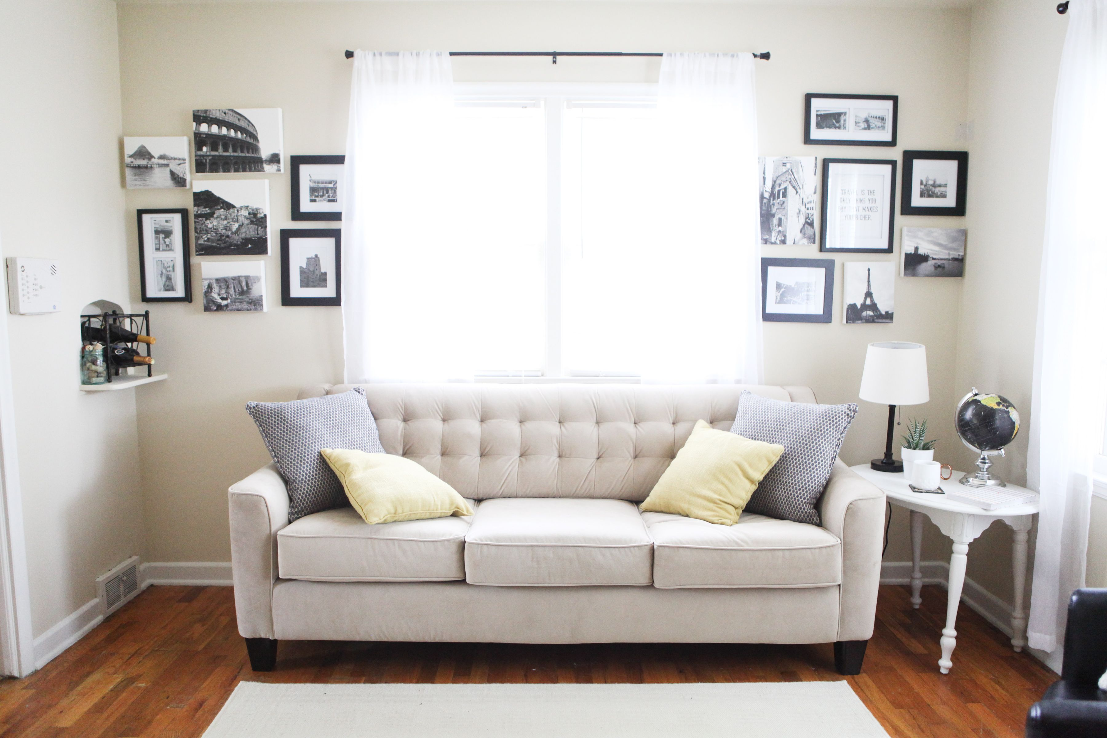 Best Minimalist Living Room Decorated With Black And White 400 x 300