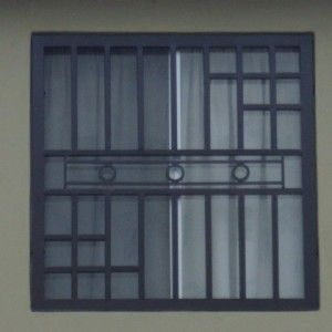 Imagen de rejas de ventanas de herrer a moderna para casa for Puerta herreria moderna