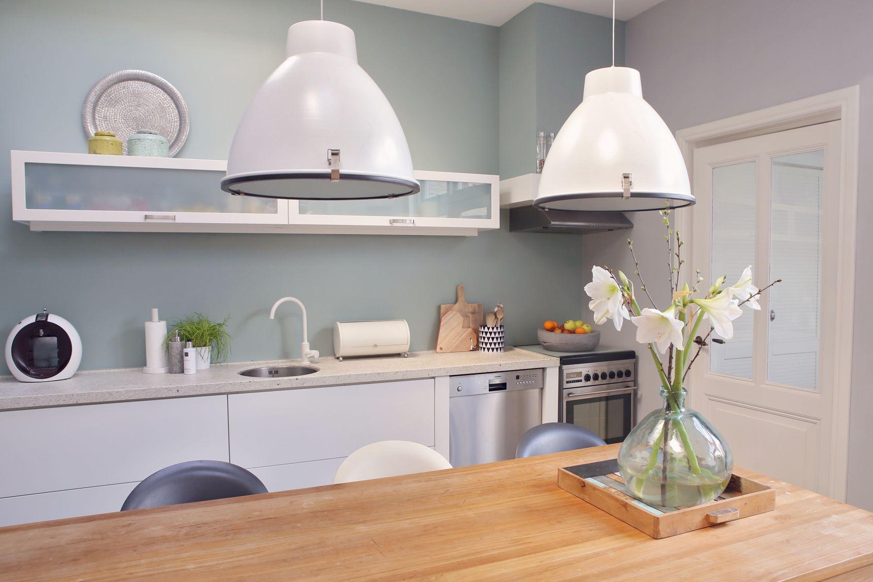 Witte Keuken Bovenkastjes : Leuke witte keuken met lichtgrijs blad. langwerpige bovenkastjes met