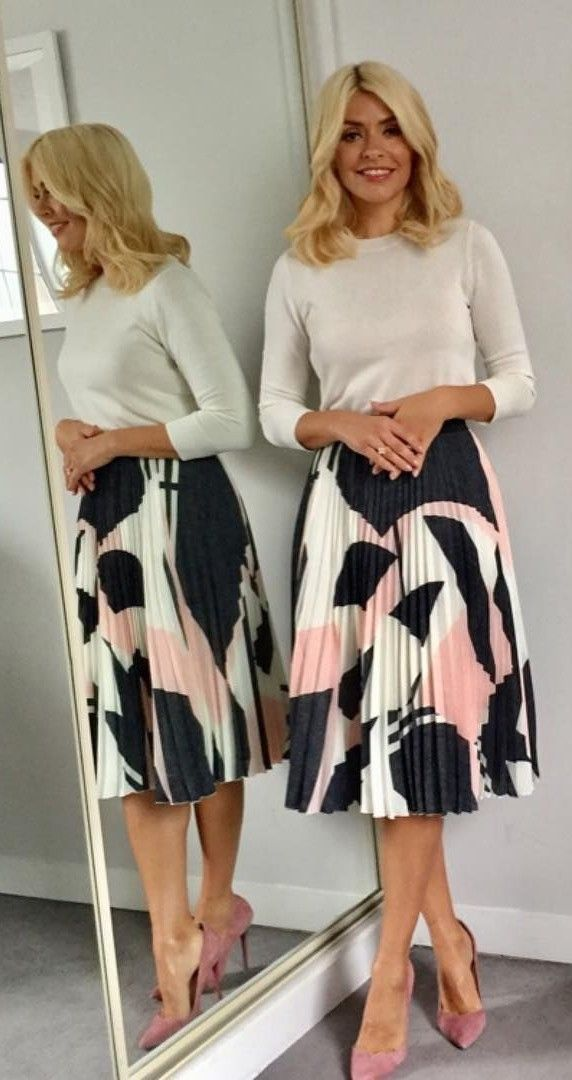 41bb495efb93 I love the simplicity of the pleated skirt with a fitted sweater for fall.  Office