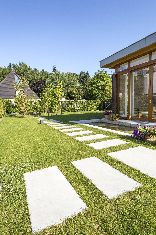 Gartenweg Mit Laenglichenhellgraue Terrassenplatten Aus Sichtbeton