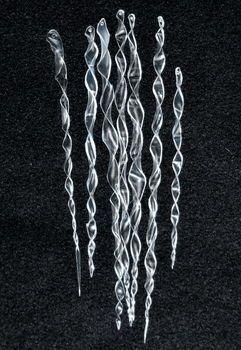 Eiszapfen-Deko aus Plastikresten