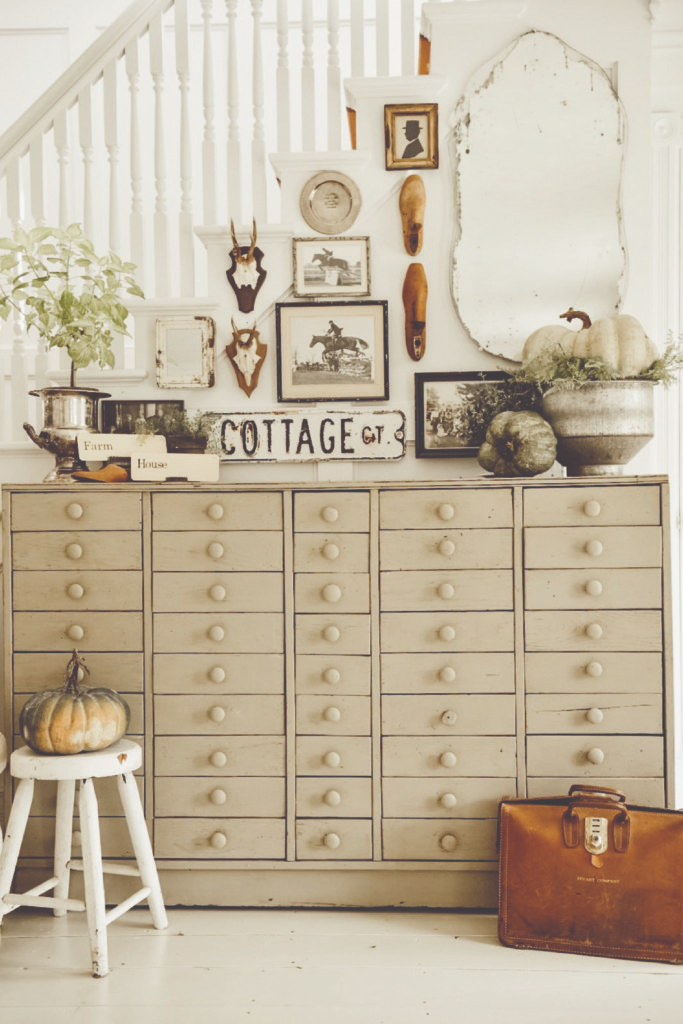 The Best Farmhouse Fall Decor Inspiration - A huge collection of Farmhouse fall decorating ideas that are completely on-trend, showcasing neutral color palettes with natural materials. #farmhousedecor #falldecor #farmhouse #farmhousefall #fallfarmhouse #fallfarmhousedecor #falldecoratingideas #farmhousesigns #thanksgivingdecorations #falldecor #outdoorfalldecor #autumndecor #diyfalldecor #fallgarland #fallhomedecor #falltabledecor #falldoordecor #falldecorations #fallporchdecor