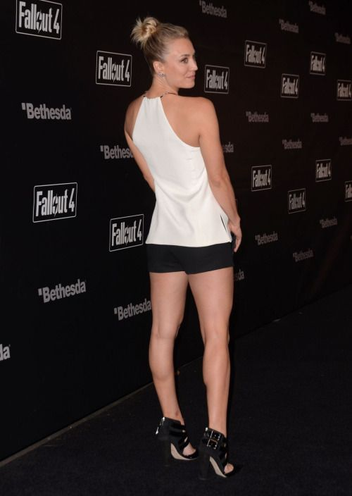 Kaley Cuoco Sexy Legs In Shorts And Pumps