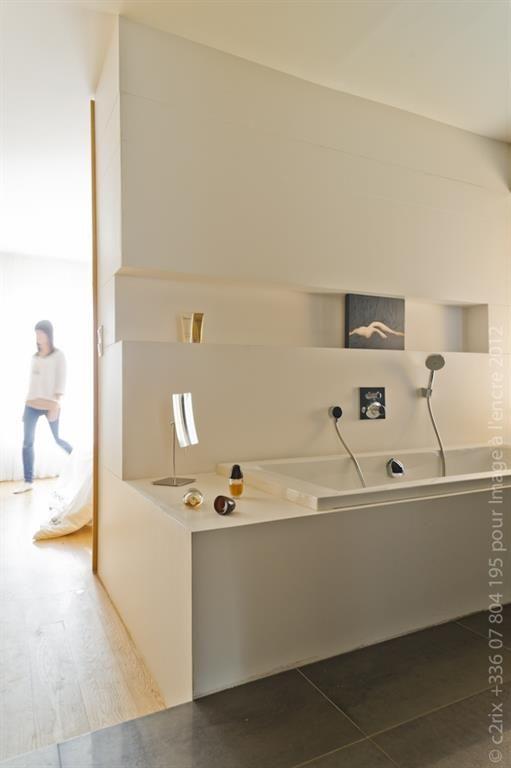 Salle de bain blanche avec baignoire et niche décorative | bathrooms ...