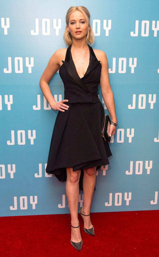 Fade de Fashion Police  Jennifer Lawrence est sérieusement décevante en Christian Dior Haute Couture à l'avant-première londonienne de Joy. Malgré la création inspirée de la mode homme, la robe ne parvient pas à nous époustoufler. Ce look est la définition du noir de base.