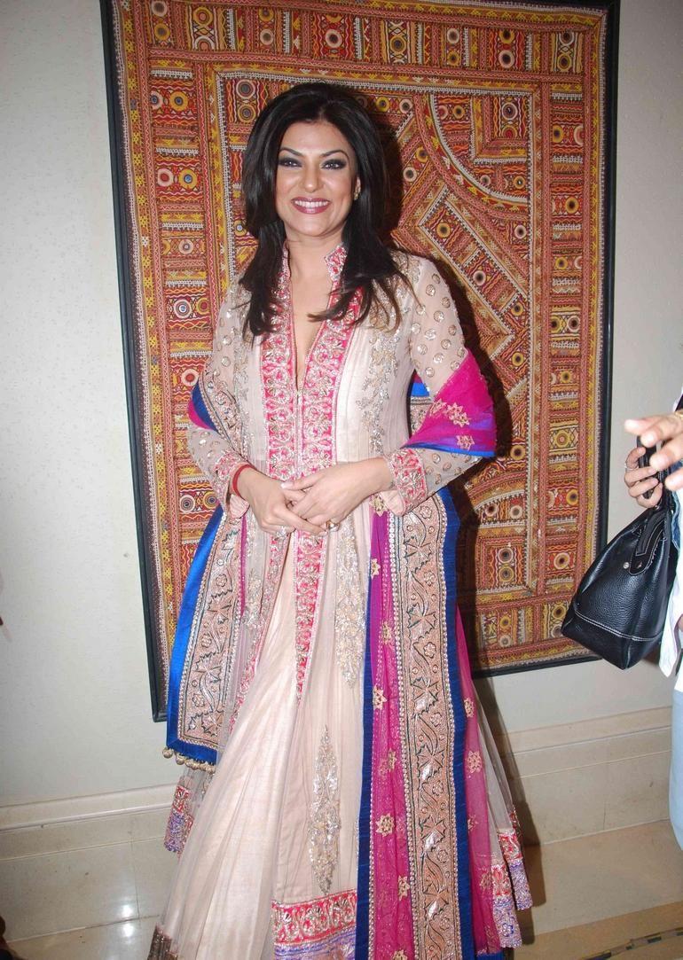 Manish Malhotra, check collection of Indian designer on www.luxurionworld.com