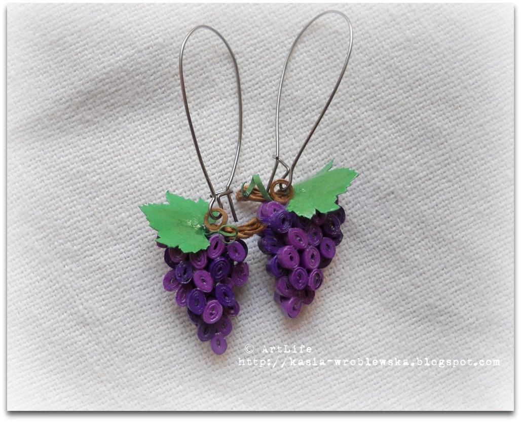 Quilled grape earrings from a Russian quilling blog.