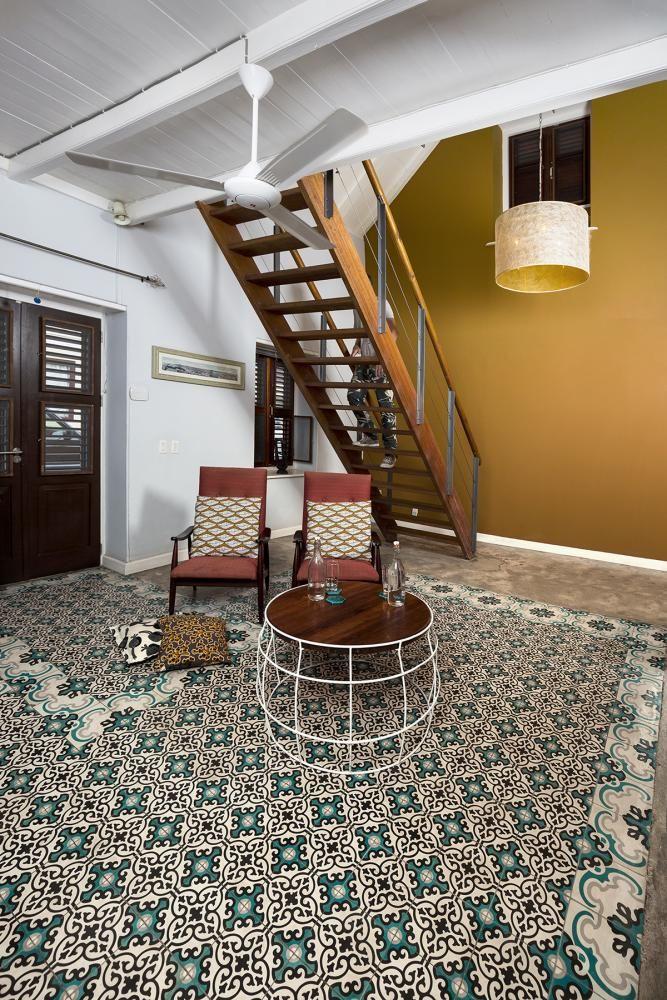 Dit schitterende pand is één van de gebouwen van Otrobanda met hoge historische waarde.  Een binnenkijker met onze prachtige tegels van Designtegels.nl