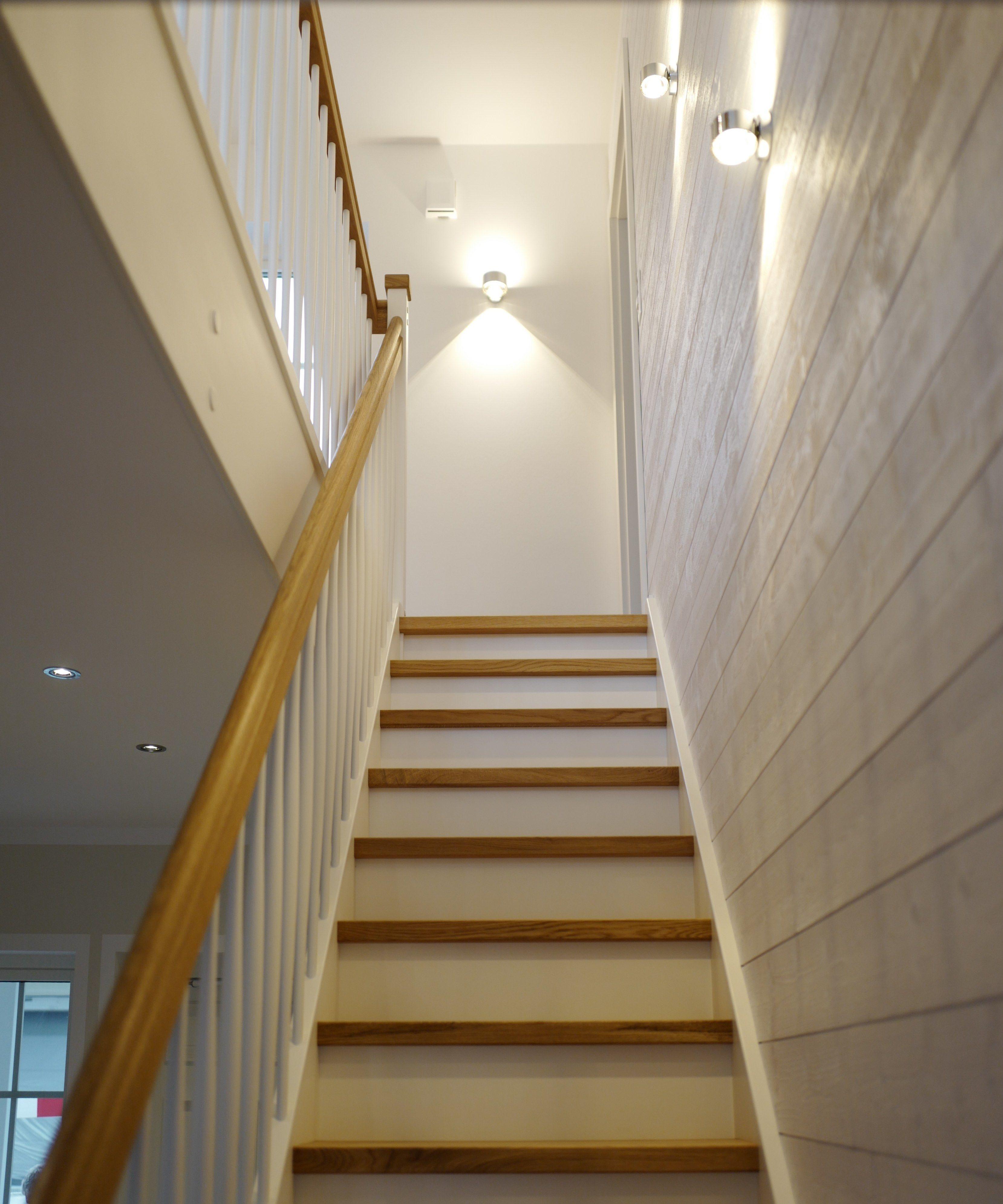 Indirekte Beleuchtung Einer Geraden Beissen Treppe Die Seitenwand Ist Mit Sagerohem Weissem Holz Verkleidet Treppe Holz Treppe Haus
