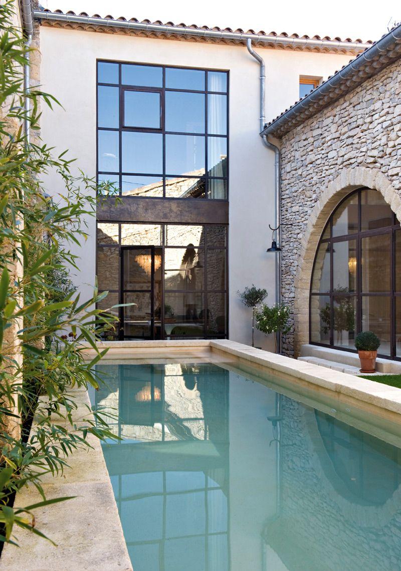 Familien nyter å bade i badebassenget med utgang fra ... on Bade Outdoor Living id=78043