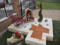Grotta per Madonna, in finta roccia, con vasetto, col. mattone. Località: Canda (Rovigo)