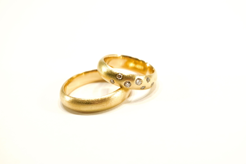 Vielsesringe i 14 K guld med diamanter