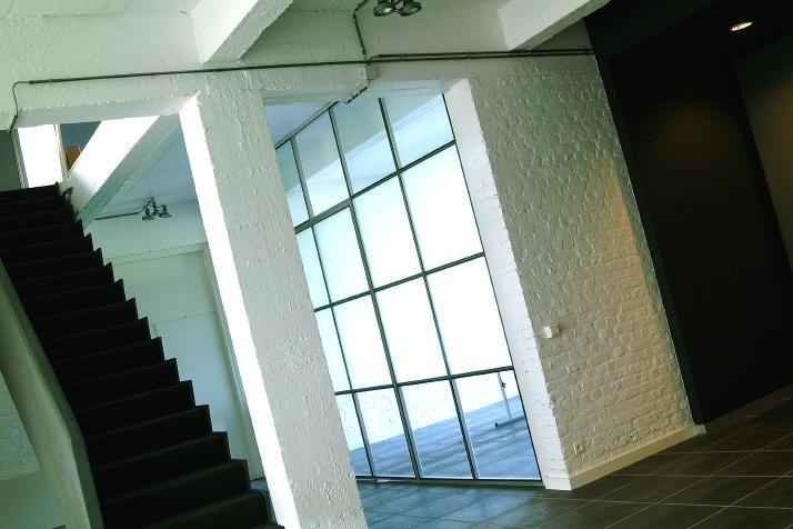 AVC innove et inspire grâce à ses systèmes design d'escaliers, de portes, de cloisons, de parois éclairées et les intègre dans votre concept intérieur, habitat, loft, bureau, hôtel, lieu public.