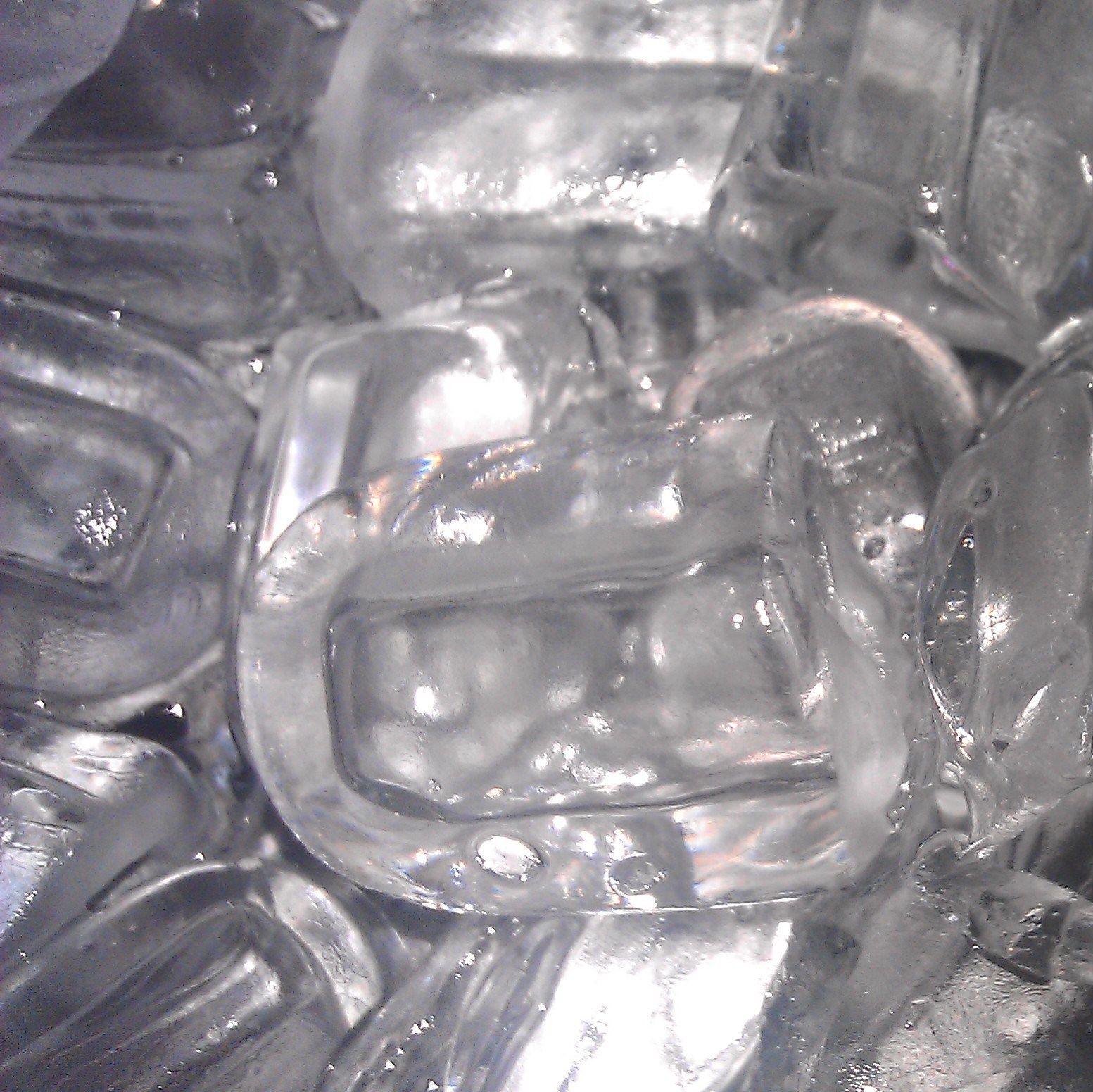 Пальчиковый лёд. Имеет форму цилиндра с отверстием внутри. Такой лед при той же массе, что и лед в кубиках, обладает значительно большей поверхностью теплообмена - соответственно и процесс охлаждения напитка происходит быстрее.  Доставка льда 24 часа в СПб. Тел.: +7 (931) 262-33-22 Сайт: www.barice.ru