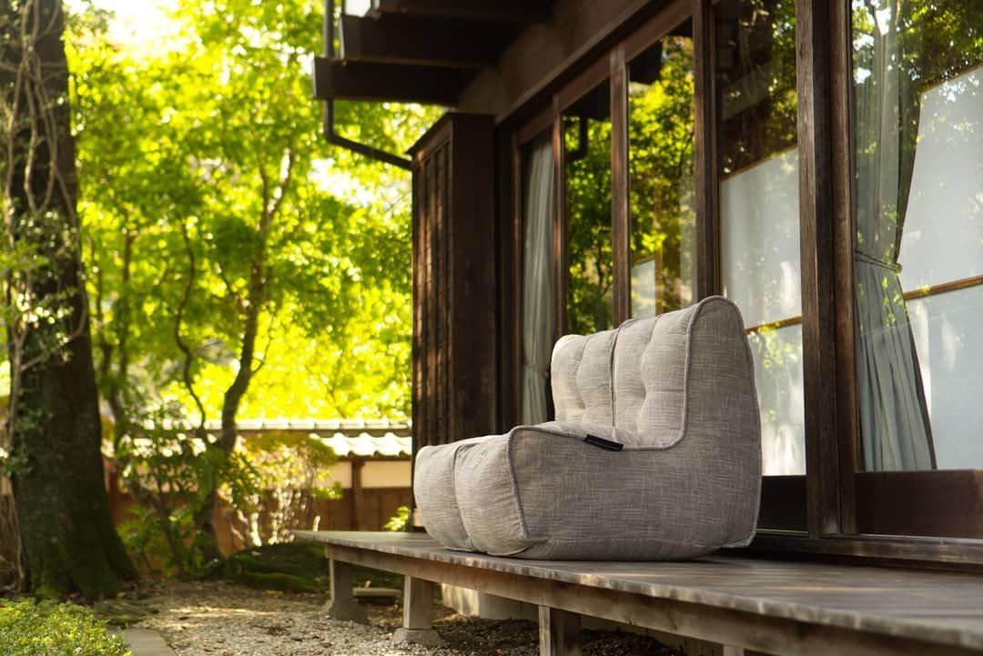 ソフトファニチャーは軽量で移動が簡単だからリビングから和室へ 和室から縁側へ自由自在 その日の過ごし方や気分で家中にくつろぎスペースが完成 紅葉が美しい季節 お庭を見ながら読書やお茶はいかがですか Ambientlounge Ambientloungejp