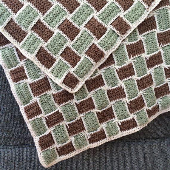Deze mand-geweven deken werd gemaakt aan de wieg van een standaard formaat. Het kan worden gebruikt als een trooster of als kamer decor. Vanwege het is het unieke ontwerp is het dubbele van de dikte van een regelmatige gehaakte deken. Het kan ook worden gebruikt als achtergrond voor baby fotos, zoals te zien in de foto. Kleuren zijn neusje, salie en bruin.