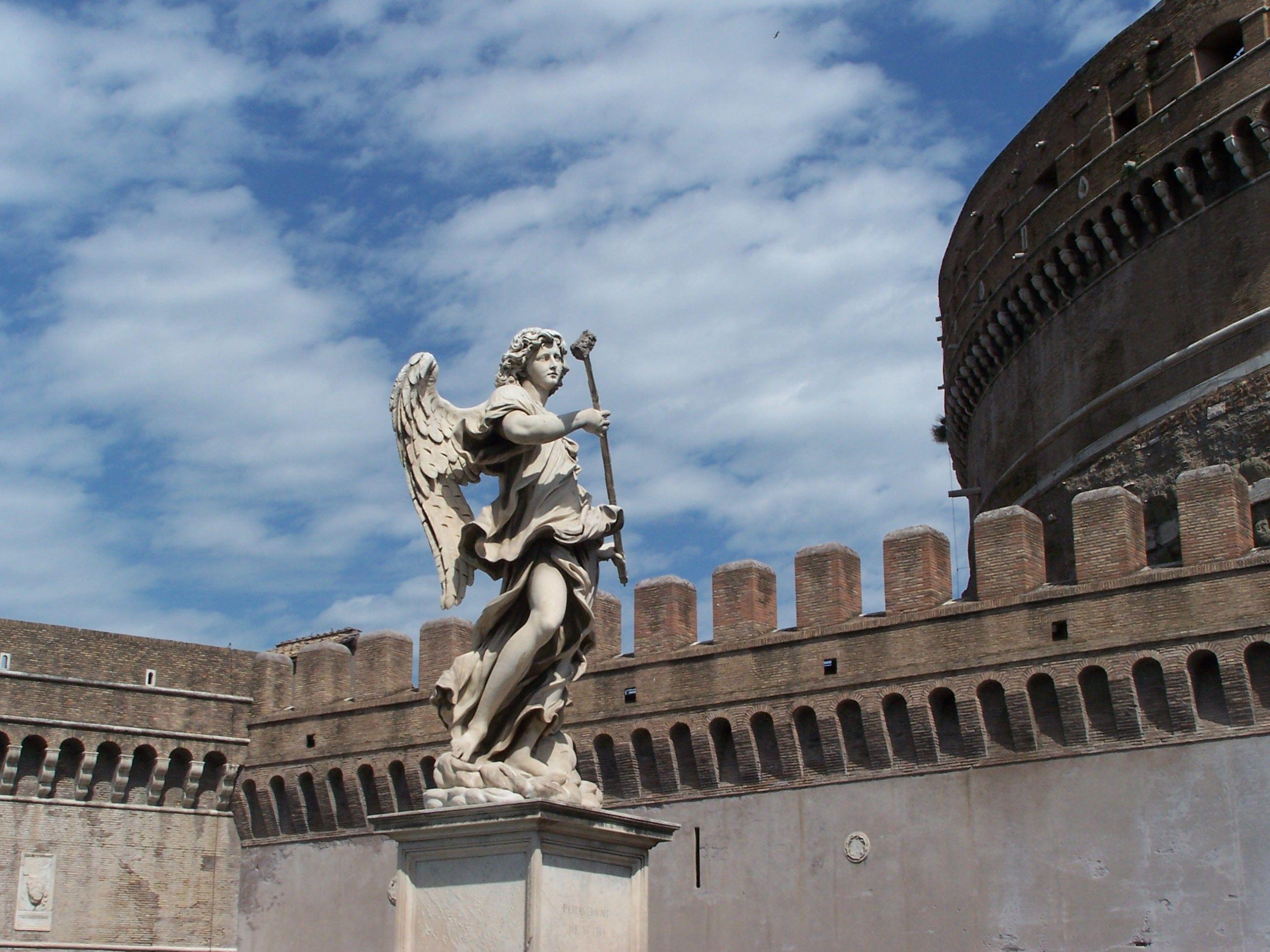 Arcangelo Gabriele scolpito da Gian Lorenzo Bernini, trovasi sul Ponte Sant'Angelo.