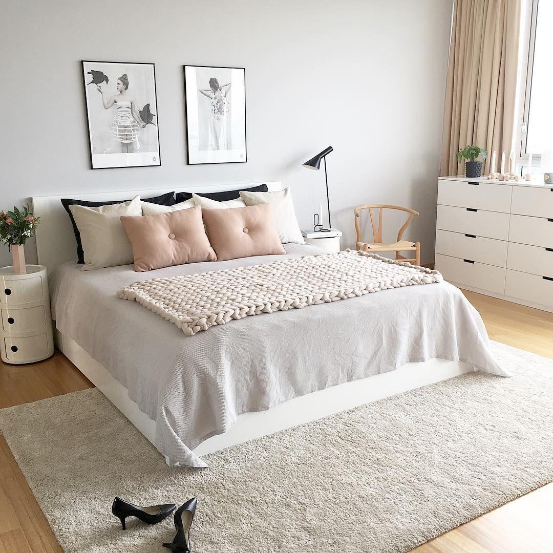 Pinta una pared de un tono gris claro y haz que en la decoración sobresalga el color rosa.