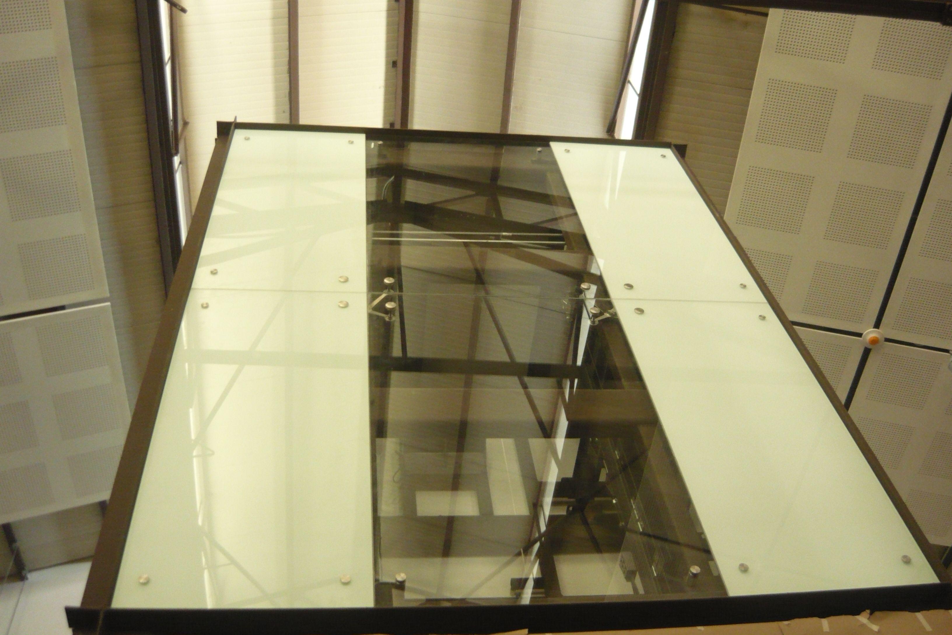 Elevador forrado de vidrio templado de color blanco