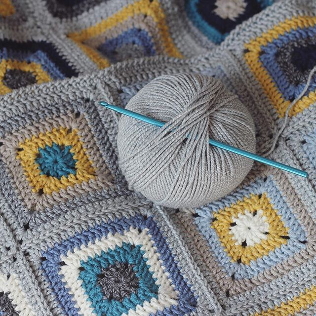 Working on a simple crab stitch border for the granny square blanket, almost done now . #crochet #crochetblanket #crochetaddict #crochetlove #instacrochet #crochetersofinstagram #grannysquares #grannysquaresrock #grannysquareblanket #craftastherapy #craftastherapy_lookingdown #bhooked #crochetborder #nothingisordinary #crochetgirlgang