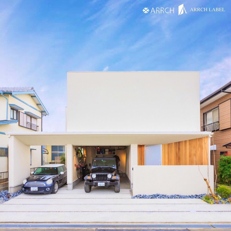 ガレージのある家 白い 塗り壁 が印象的な 外観 車を ガレージ に収納することができ 愛車を家の中から見ることができます Arrch H 2020 ガレージ のある家 建築家 塗り壁