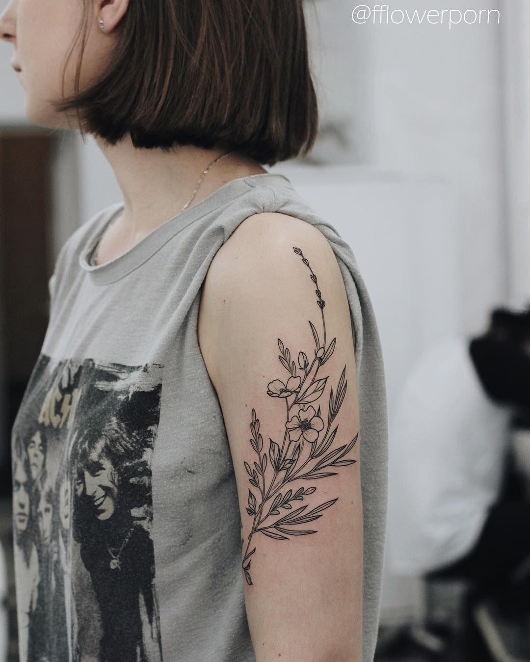 Tatuagem feminina, estilo botânica no braço