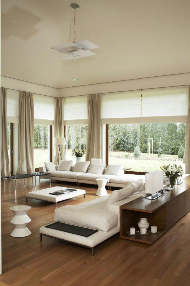Déco Salon canapés blancs commode en bois et suspension originale