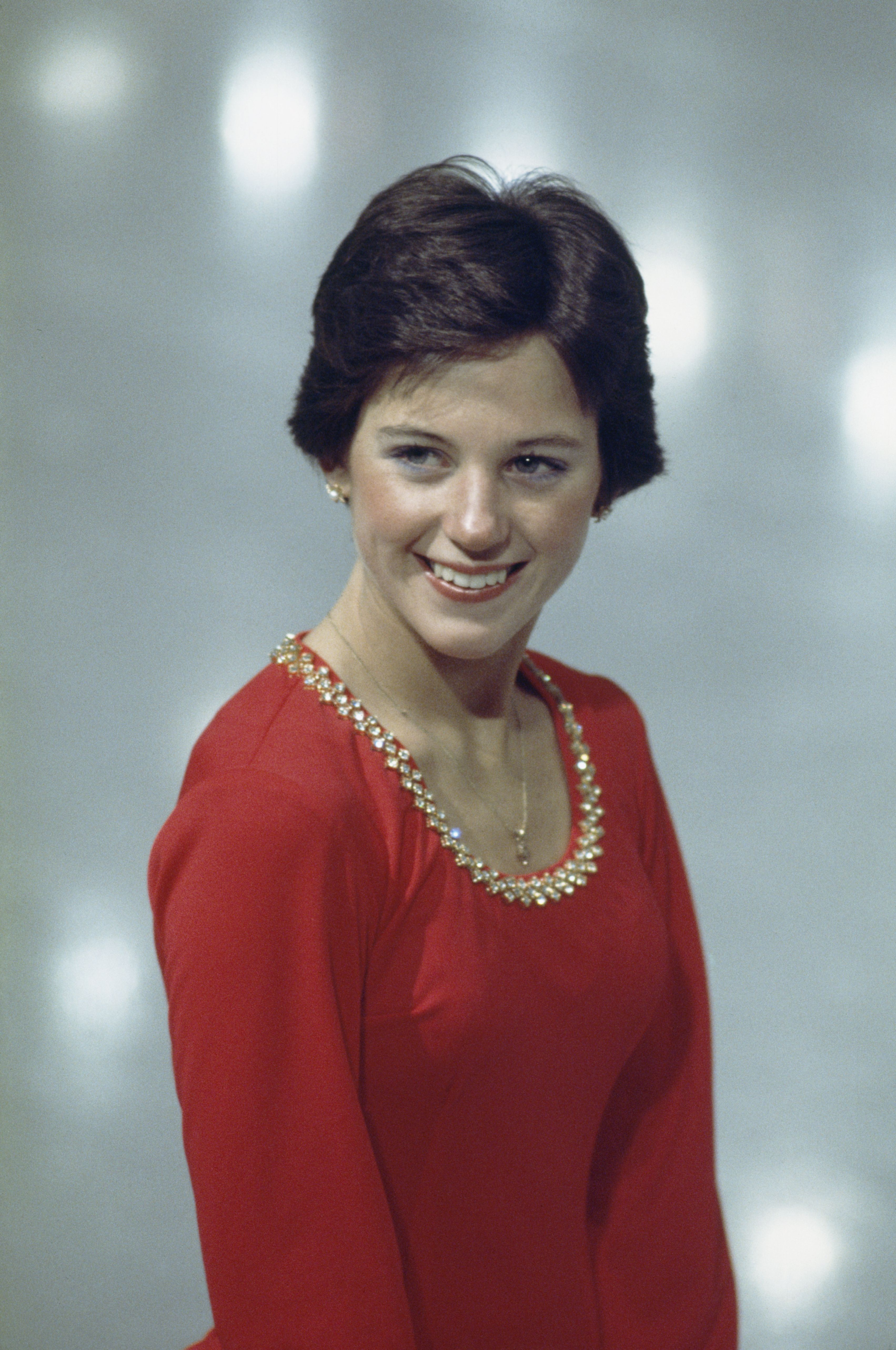 Young Dorothy Hamill Shows Her Smile Dorothy Hamill Popular Hairstyles Trendy Hairstyles