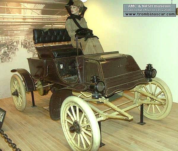 Rambler model C Runabout, routière de 1902  La Rambler model C One Cyl - Runabout 2 places, cette ancienne voiture automobile fut construite de 1902 à 1903 en 1500 exemplaires pour 750$ l'une, cette Rambler Model C fut produite avec un moteur monocylindre développant 4cv.