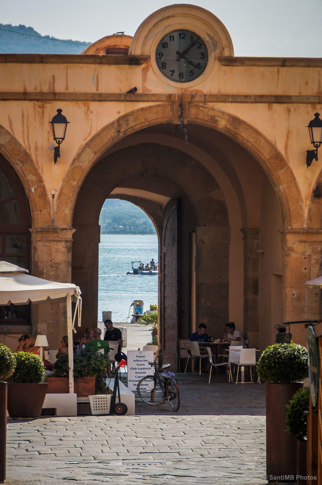 Pasadas las cuatro | No me cansaré de decir que en verano en la Toscana hace mucho calor, pero en la isla de Elba hay que sumar la altísima humedad. Pasadas las cuatro de la tarde es de suicidas salir al sol.  --- Portoferraio - Isola d'Elba, Toscana (Italia).