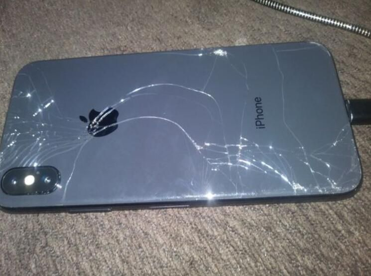 new style 4fc68 dc7f8 Broken iPhone X]Oh my God, that 's the new iPhone X, it has a ...
